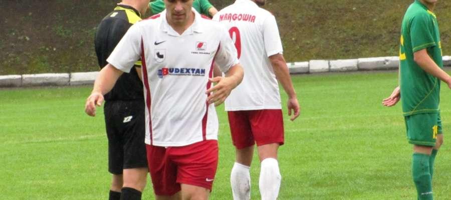 Kowalewski opuszcza boisko po otrzymaniu czerwonej kartki.