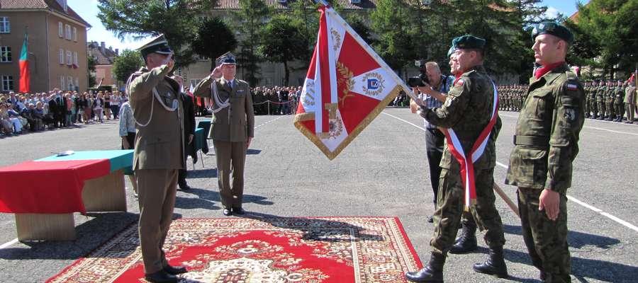 Uroczystość przekazania sztandaru 11. MPA odbyła się w piątkowe południe na placu węgorzewskiej jednostki