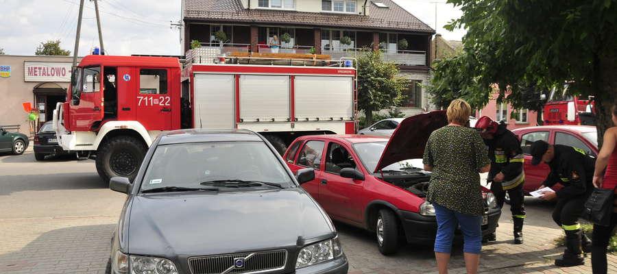 Przy samochodzie osobowym, z którego wydostawał się dym