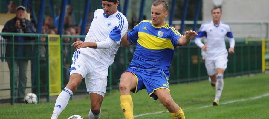Karol Styś (z lewej) w walce o piłkę