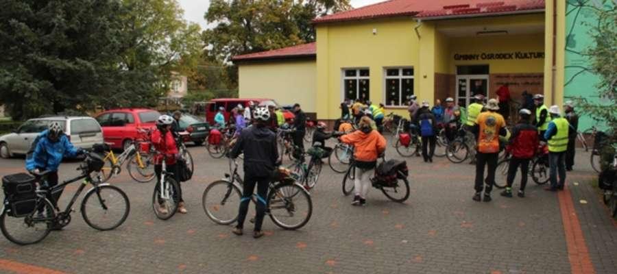 Uczestnicy rajdu przed budynkiem GOK w Kruklankach