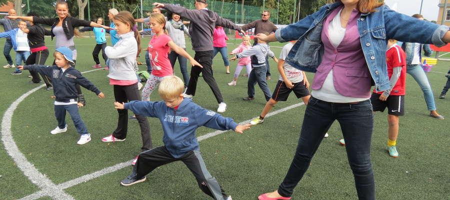 Konkurencje sportowo-rekreacyjne poprzedziła solidna rozgrzewka dzieci i ich rodziców