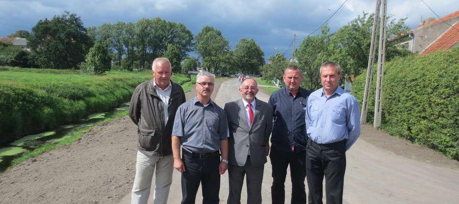 — Pozyskaliśmy środki z funduszu ochrony gruntów rolnych Urzędu Marszałkowskiego na remont drogi we Lwowcu. Budowa ta jest bardzo istotna z punktu widzenia  bezpieczeństwa powodziowego. Co roku droga i okoliczne nieruchomości były zalewane. Podczas remont