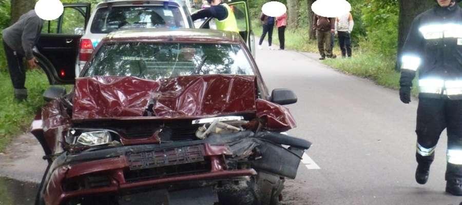 Renault uderzył w tył wywrotki na prostym odcinku drogi wojewódzkiej W 507 w pobliżu miejscowości Maciejewo w gm. Braniewo