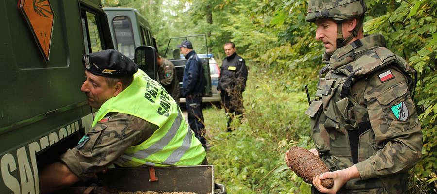 Saperzy z Braniewa zabezpieczają pociski z lasu koło Nowej Wsi Reszelskiej.