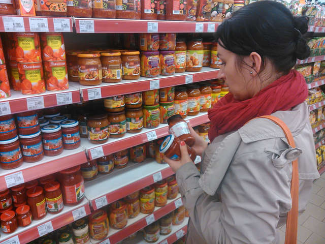 W sklepach zwracajmy szczególną uwagę na termin przydatności do spożycia produktów - full image