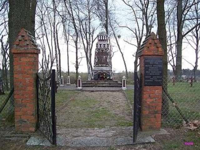 Brama i pomnik w centrum cmentarza - full image