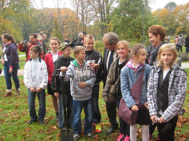 Uczniowie z Lipinek podczas zasadzania drzewa w Warszawie