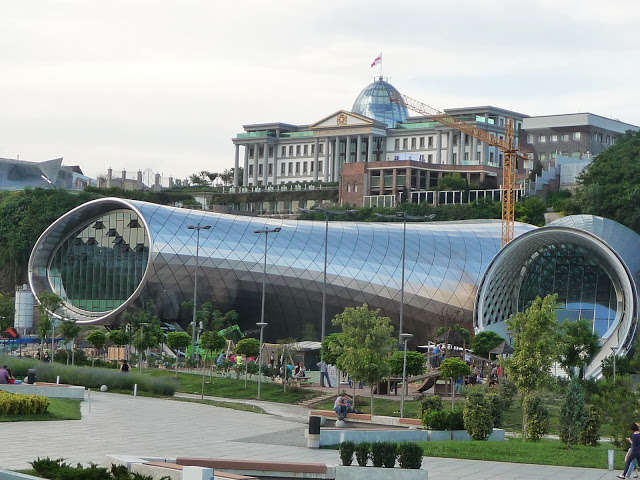 Tbilisi — jeszcze nie ukończony budynek opery. W tle pałac prezydencki - full image