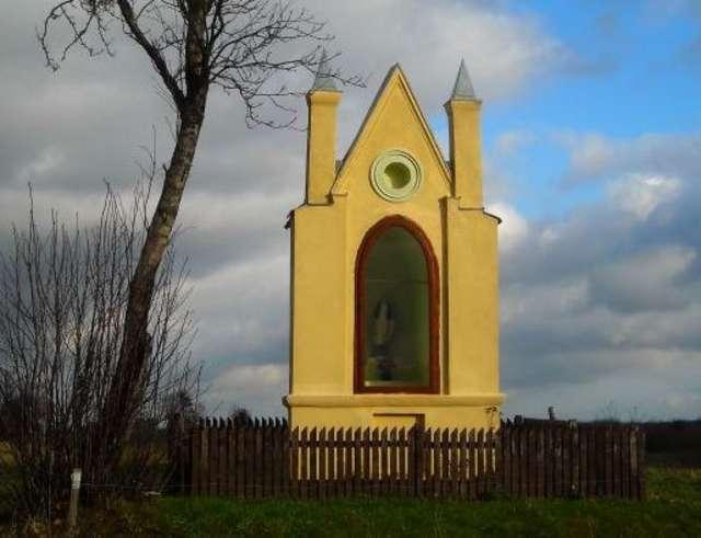 Jedna z zabytkowych kapliczek w okolicach Stoczka Klasztornego   - full image