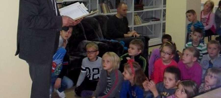 Dzieciom czyta burmistrz Andrzej Szymański