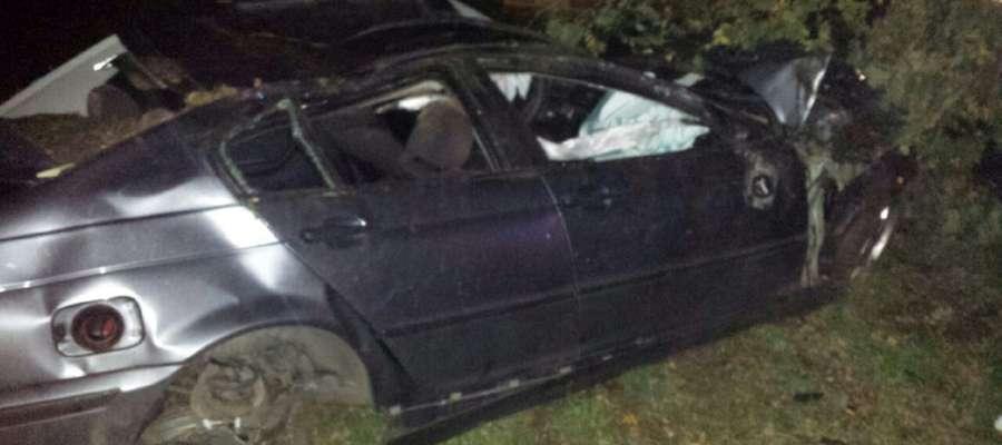 BMW ze Sławęcina skosiło kilka drzew i wylądowało w polu