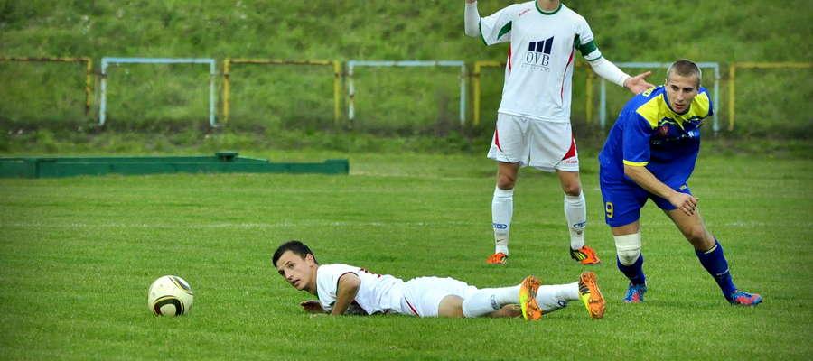 Rafał Kruk (leży) zdobył gola na miarę zwycięstwa