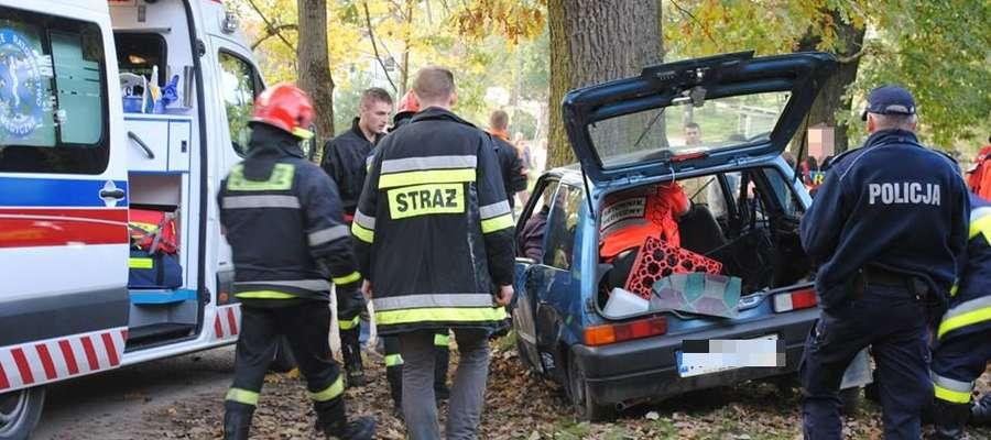 W miejscowości Guja fiat uderzył w drzewo. Ranne zostały dwie osoby