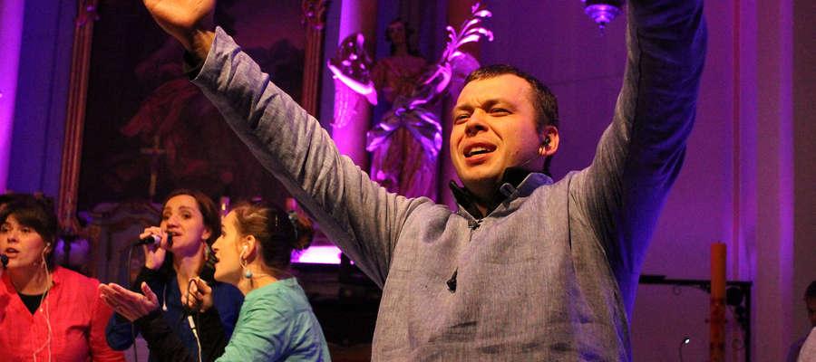 - Muzyka chrześcijańska nie musi być smutna - przekonywał, widoczny na zdjęciu solista i producent muzyczny koncertu, Tomek Marek.