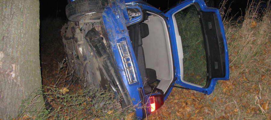 Rozbite auto po wypadku między Gwiździnami a Mrocznem