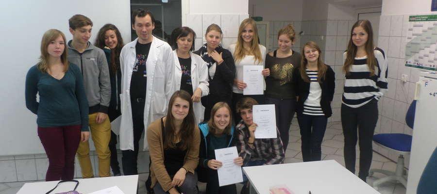 Grupa uczniów z klasy III o profilu medyczno-ekologicznym LO im Stefana Żeromskiego w Bartoszycach uczestniczyła w zajęciach laboratoryjnych, które odbywały się w Katedrze Genetyki Uniwersytetu Warmińsko- Mazurskiego w Olsztynie