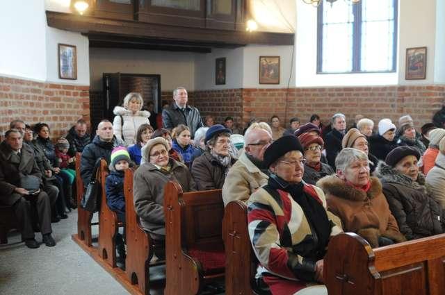 Msza dziękczynna w odnowionym kościele - full image