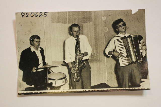 Zbigniew Brenda gra na saksofonie