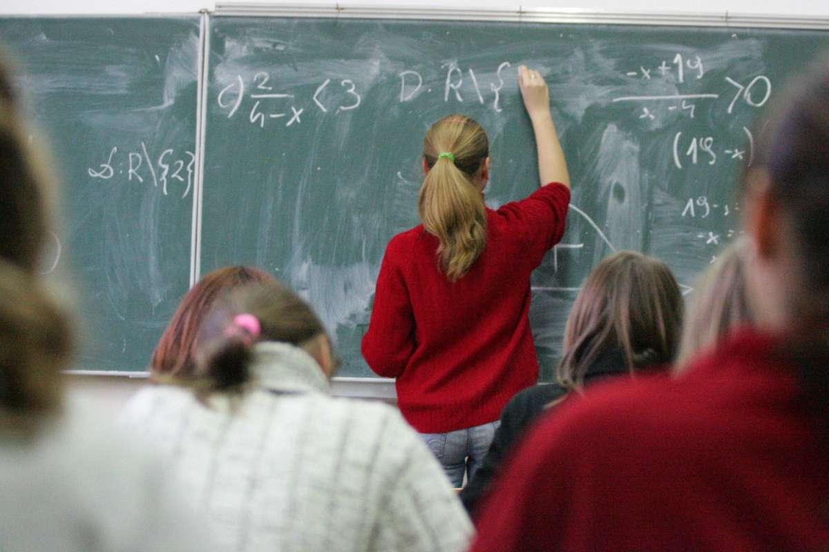 Jest plan nauczania dla 8-letniej podstawówki, a w nim matematyka, polski i historia - full image