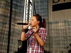 Młoda wokalistka u progu kariery? Hona czeka na wasze filmy