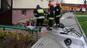 Strażacy gasili płonący na klatce schodowej wózek