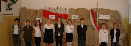 Nie zabrakło pięknej dekoracji, na tle której dzieci przedstawiły wzruszającą historię odzyskania przez Polskę niepodległości