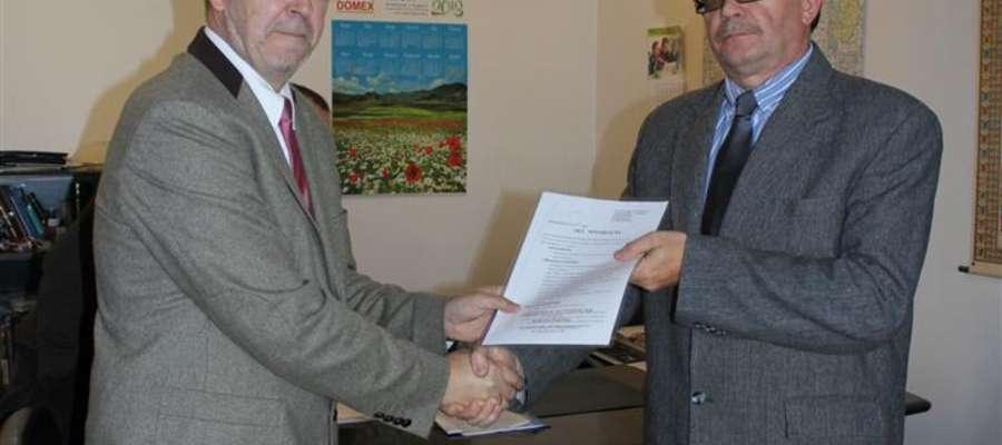 Starosta Janusz Welenc i Wójt Tadeusz Burakowski z podpisanym aktem notarialnym