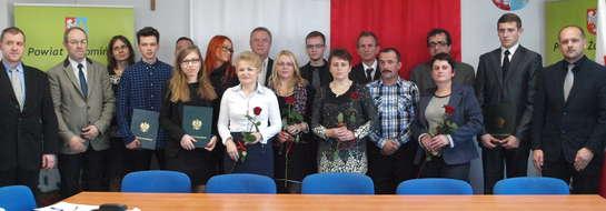 Najlepsi maturzyści powiatu żuromińskiego z rodzicami i dyrektorami szkół