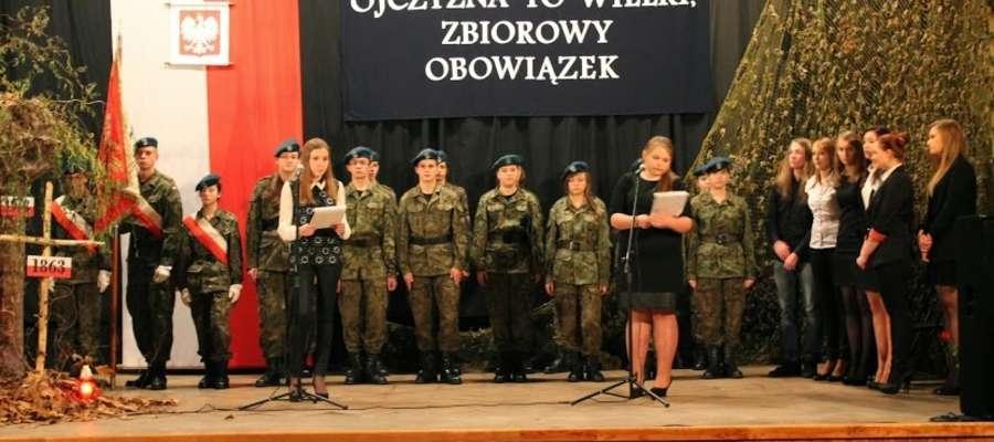 Program artystyczny na obchody Narodowego Święta Niepodległości przygotowali uczniowie drugich klas Liceum im. Władysława Orkana w Bieżuniu