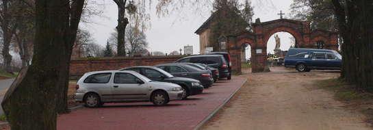 Mieszkańcy korzystają z parkingu