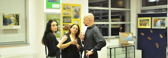 Koordynatorka wystawy Beata Sobieraj podczas jej uroczystego otwarcia