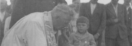 Zdjęcie wykonane w 1949 roku podczas misji świętej. Rozpoznajesz osoby na fotografii? Może posiadasz inne fotografie rejestrujące to wydarzenie? Zgłoś się do sekretarza gminy Stare Juchy, Jarosława Franczuka, tel. (87) 619 90 53.