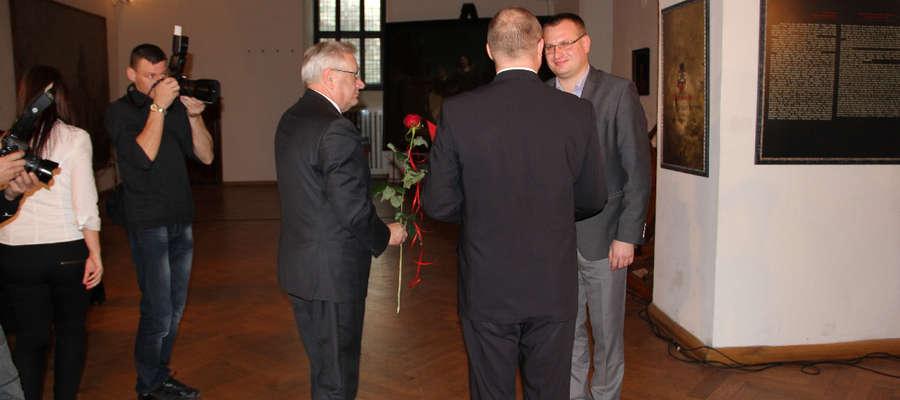 Piotr Baczewski odbiera nagrodę od marszałka Jacka Protasa