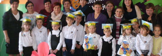 Uczniowie klasy pierwszej z rodzicami i wychowawcą