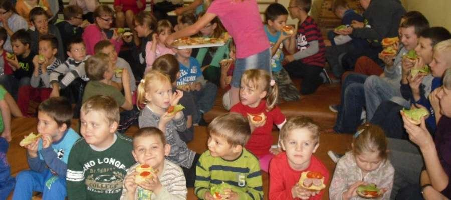 Każde dziecko otrzymało kanapkę
