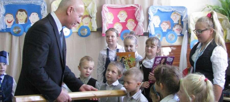 Ceremonii pasowania na uczniów dokonał Burmistrz Miasta i Gminy Pieniężno pan Kazimierz Kiejdo
