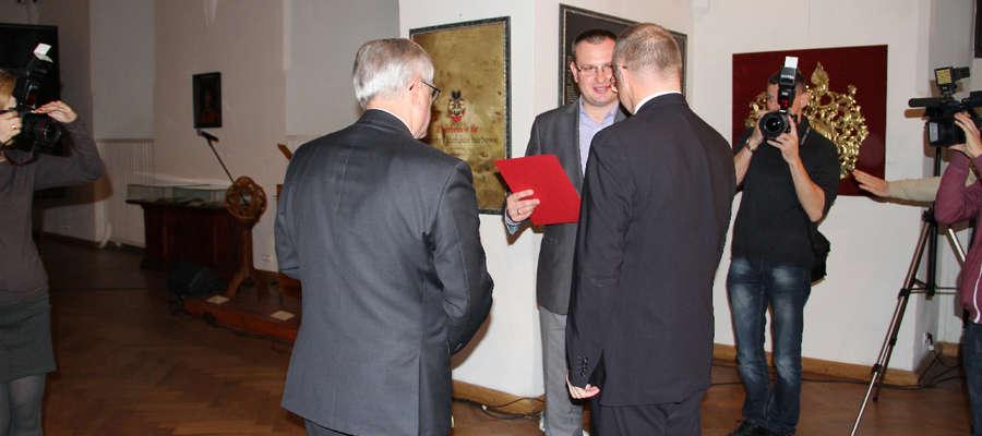 Piotr Baczewski odebrał z rąk Jacka Protasa, indywidualną nagrodę Marszałka Województwa Warmińsko-Mazurskiego za wybitne osiągnięcia w dziedzinie pomocy społecznej