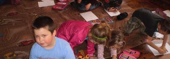 Dzieci przyniosły swoje pluszowe misie do szkoły