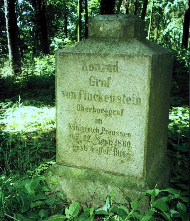 Latem 2013 roku obelisk Konrada grafa von Finckenstein jeszcze stał, obecnie leży wgnieciony w ziemię - full image