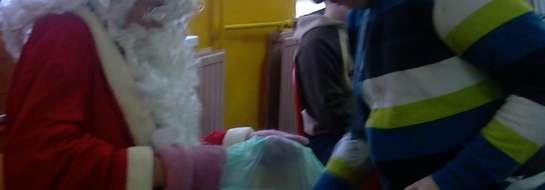 Dzieci z radością, piosenkami i wierszykami powitały Mikołaja.