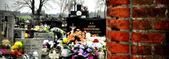 Cmentarz w Poniatowie odwiedziliśmy 10 listopada. Pogoda powitała nas porywistym wiatrem i deszczem