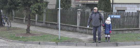 Zadbajmy o bezpieczeństwo i zróbmy tam przejście dla pieszych – apeluje mężczyzna