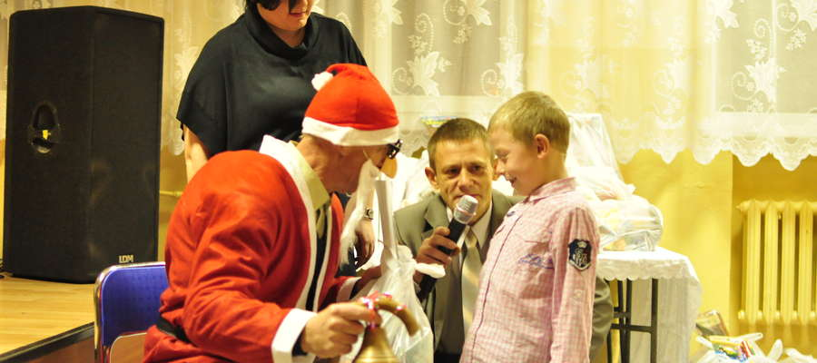 Mikołaj rozdał 38 prezentów, sprawiając dzieciom wielką frajdę