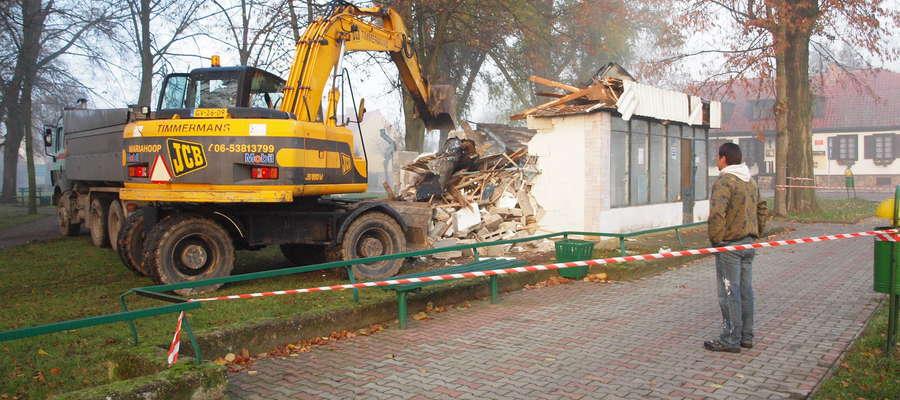 1-4 Bieżuńska budowla kończy swój kilkudziesięcioletni żywot