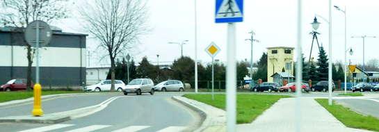 """Postawiono tu znak B-5 """"zakaz wjazdu samochodów ciężarowych"""". Przez to samochody muszę kierować się do firm przez centrum miasta"""