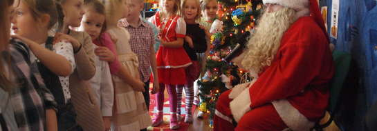 Mikołaj wręcza dzieciom prezenty