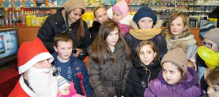 Dzieci z Mikołajem w Żuromińskim Centrum Handlowym