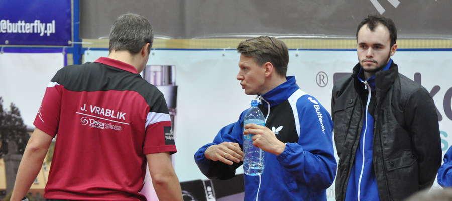 Piotr Kołaciński (w środku) udziela rad swojemu podopiecznemu