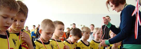 Najmłodsi piłkarze UKS Rona Ełk odbierają medale